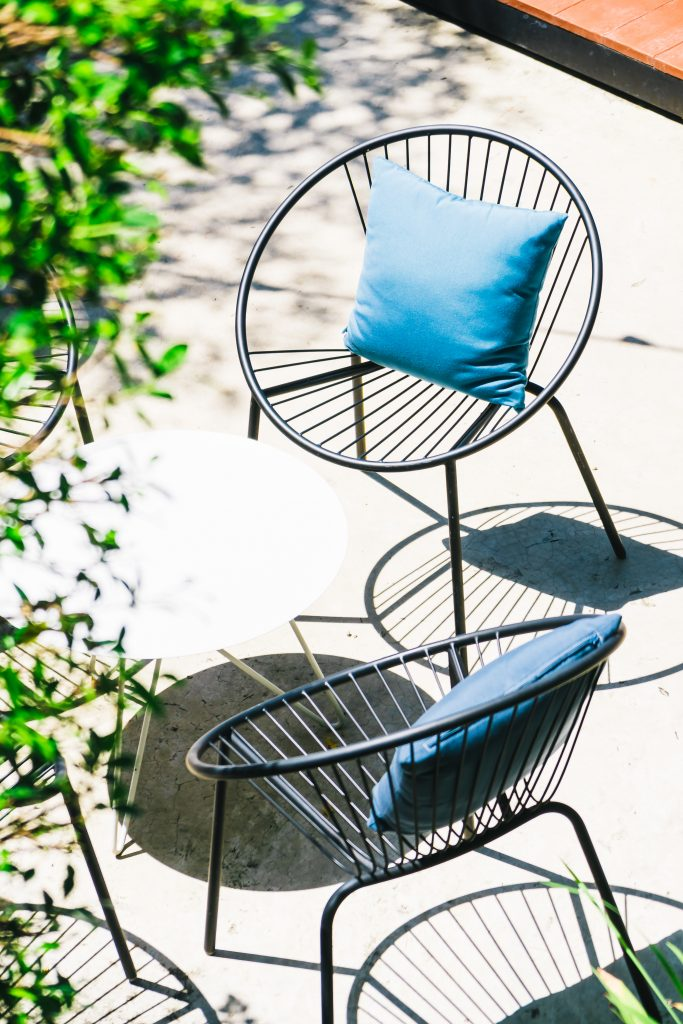 Blauwe tuinkussens in een zwarte stoel